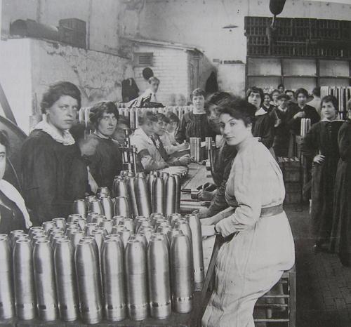 Les femmes travaillent pour l'effort de guerre