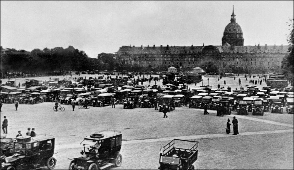 Taxi de la Marne sur l'Esplanade des Invalides