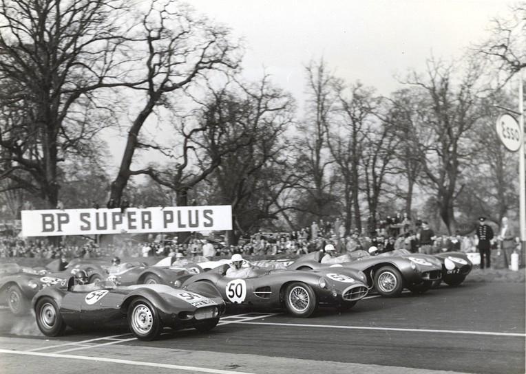 Archie Scott Brown au départ du British Empire Trophy 1957 aux côtés de Roy Salvadori (DBR1), Noël Cunningham-Reid (DB3S) et Ron Flockhart (Type-D)