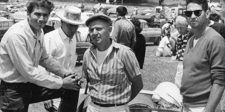 Jim Hall, Tom Barnes, et Dick Troutman avec Chaparral 1